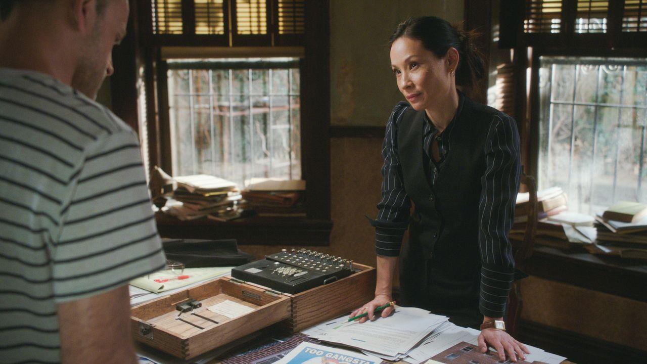 Während Watson (Lucy Liu) zusammen mit Holmes versucht, den Mörder zu finden, ahnt sie nicht, dass sie schon bald ins Visier einer tödlichen Gang ge... - Bildquelle: 2017 CBS Broadcasting, Inc. All Rights Reserved.