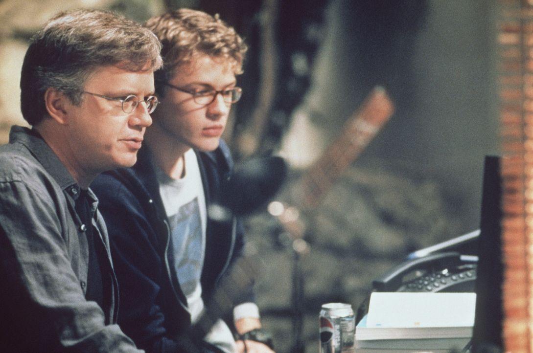 Der junge geniale Programmierer Milo Hoffmann (Ryan Phillippe, r.) erhält eine einmalige Chance: Er wird von dem Chef des weltumspannenden NURV-Kon... - Bildquelle: 2000 - Metro Goldwyn Mayer