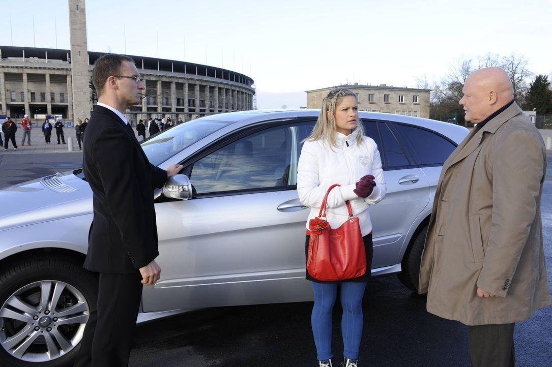 Mia (Josephine Schmidt, M.) ist verzweifelt, als sie erfährt, dass Kimmo (Detlef Bierstedt, r.) der Agentur den Auftrag entzogen hat und setzt alle... - Bildquelle: SAT.1