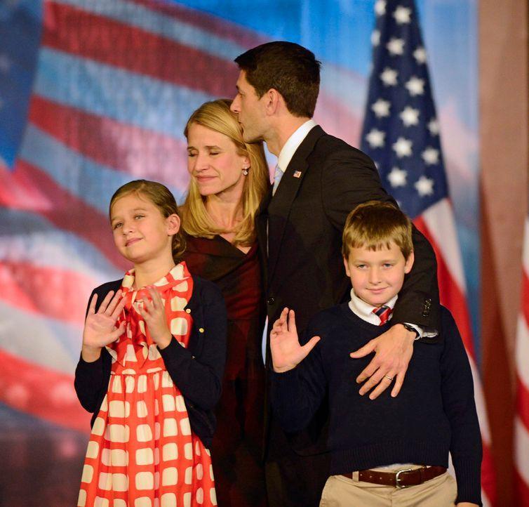Der republikanische Vizepräsidents-Kandidat Paul Ryan mit seiner Frau Janna und ihren beiden Kindern. - Bildquelle: dpa - Bildfunk +++ Verwendung nur in Deutschland