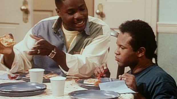 Theo (Malcolm-Jamal Warner, l.) macht sich über Elvin (Geoffrey Owens, r.) lu...