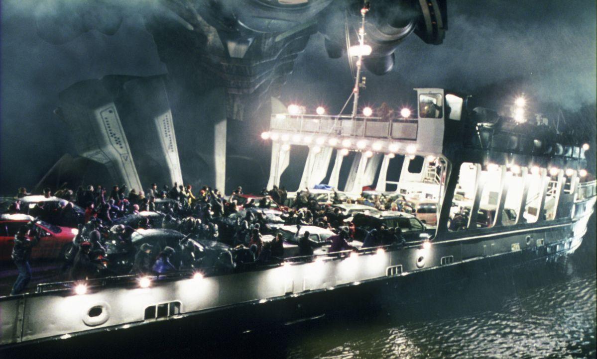 Alle flüchten vor dem riesigen Etwas, das auf drei Beinen steht, Autos und Häuser mit seinen Füßen platt macht und einen Strahl abschießt, dass... - Bildquelle: 2004 Paramount Pictures All Rights Reserved.