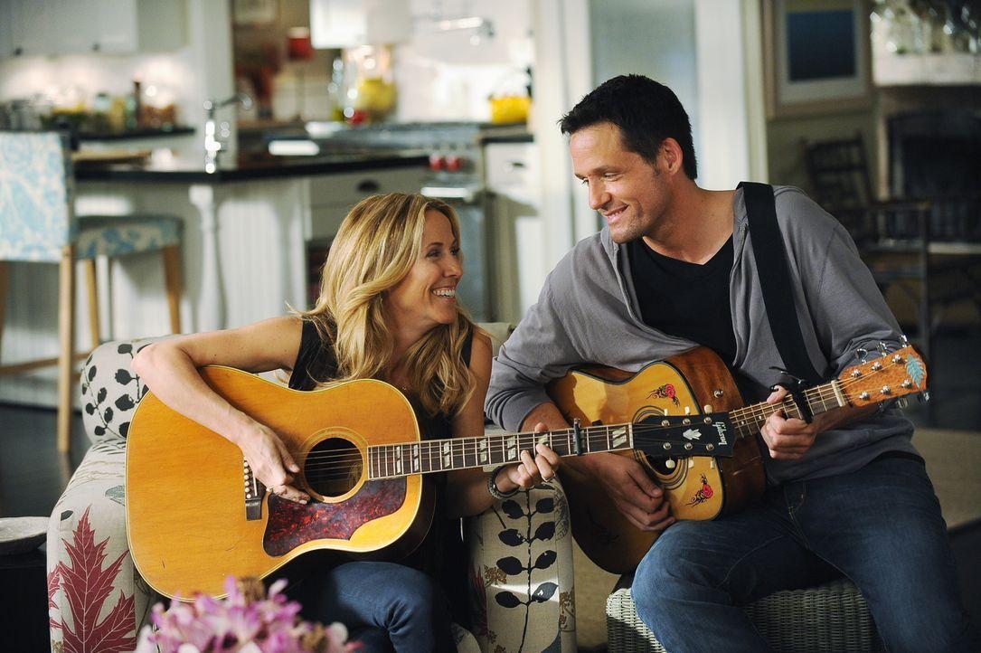 Machen gemeinsam Musik: Grayson (Josh Hopkins, r.) und seine neue Freundin Sara (Sheryl Crow, l.) ... - Bildquelle: 2009 ABC INC.