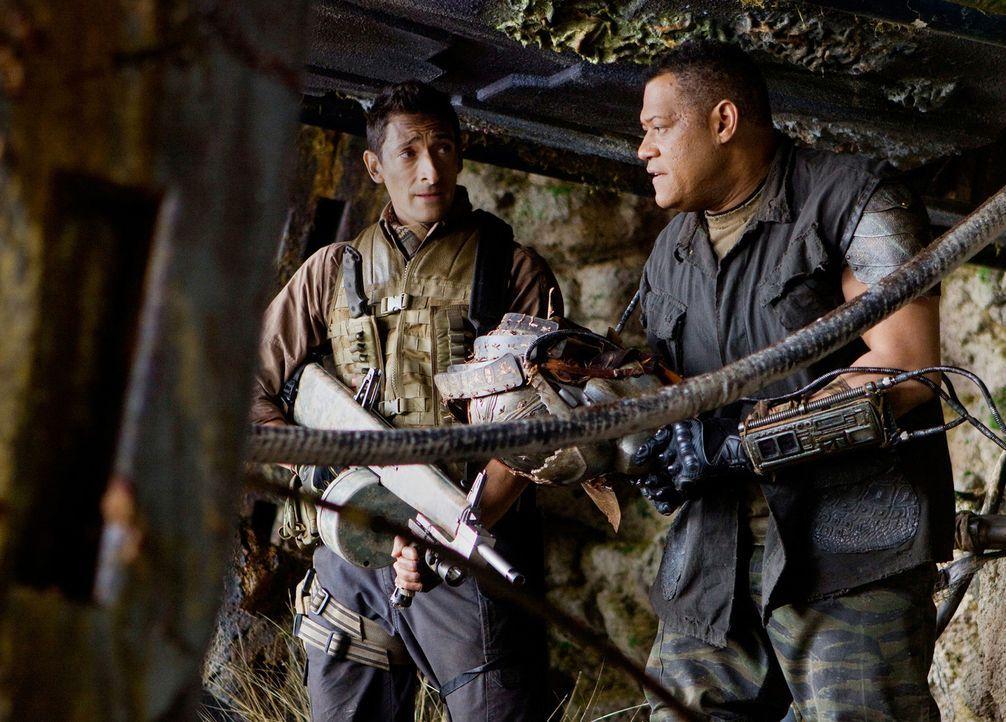 Beinahe zu spät wird Royce (Adrien Brody, l.) klar, dass Noland (Laurence Fishburne, r.), der schon seit geraumer Zeit auf dem Planeten überlebt h... - Bildquelle: 2010 Twentieth Century Fox Film Corporation. All rights reserved.
