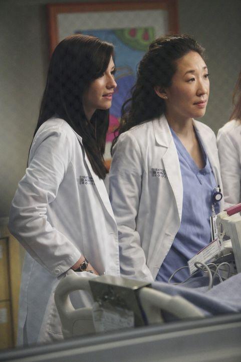 Kümmern sich um die verletzte Callie: Lexie (Chyler Leigh, l.) und Cristina (Sandra Oh, r.) ... - Bildquelle: ABC Studios