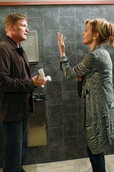 Lynette (Felicity Huffman, r.) sieht keinen anderen Ausweg mehr, als Tom (Doug Savant, l.) die Wahrheit zu sagen. Doch ist das eine gute Idee? - Bildquelle: ABC Studios