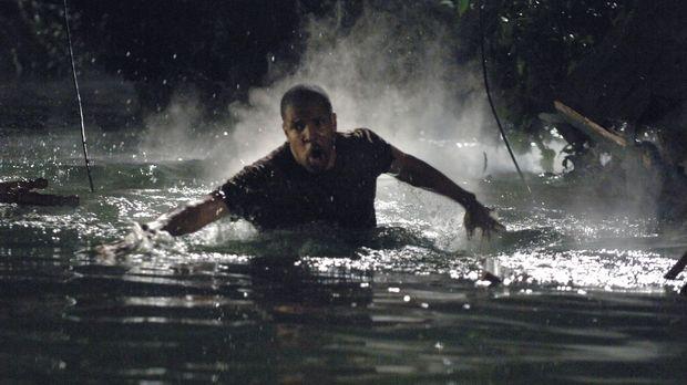 Rückblende: Aaron (Eriq La Salle) versucht seine Familie in Sicherheit zu bri...