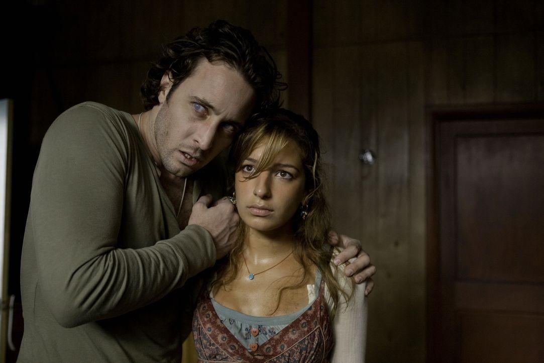 Mick (Alex O'Loughlin, l.) hat die vermisste Leni Hayes (Vanessa Lengies, r.) gefunden. Doch seine Freude hält sich in Grenzen: Wenn er nicht bald a... - Bildquelle: Warner Brothers