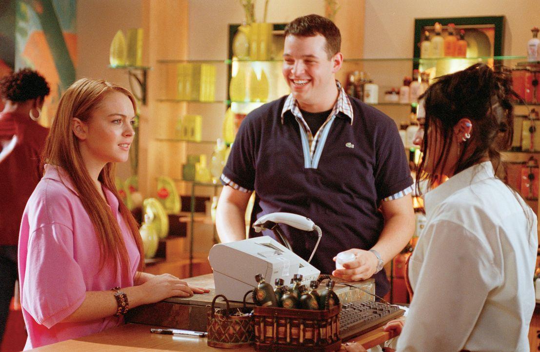 An der neuen Schule freundet sich Cady (Lindsay Lohan, l.), die in Afrika aufgewachsen ist und noch nie eine öffentliche Schule besucht hat, mit de... - Bildquelle: Paramount Pictures