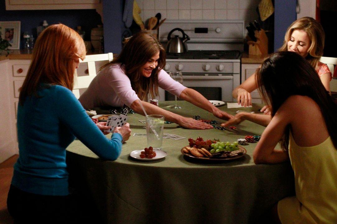 Genießen einen gemeinsamen letzten Pokerabend: Susan (Teri Hatcher, 2.v.l.), Lynette (Felicity Huffman, r.), Gabrielle (Eva Longoria, 2.v.r.) und Br... - Bildquelle: ABC Studios