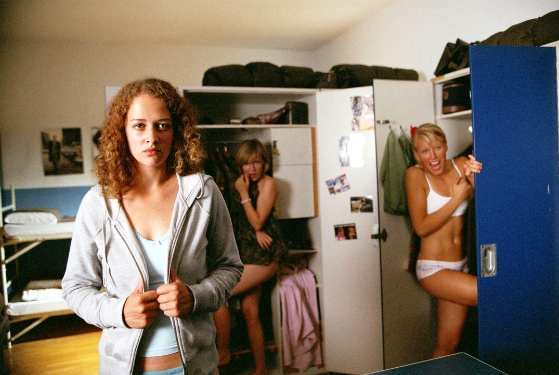 Jana (Oona Devi Liebich) und die Mädchen der Stube erhalten ungebetenen plötzlichen Besuch ... - Bildquelle: Constantin Film