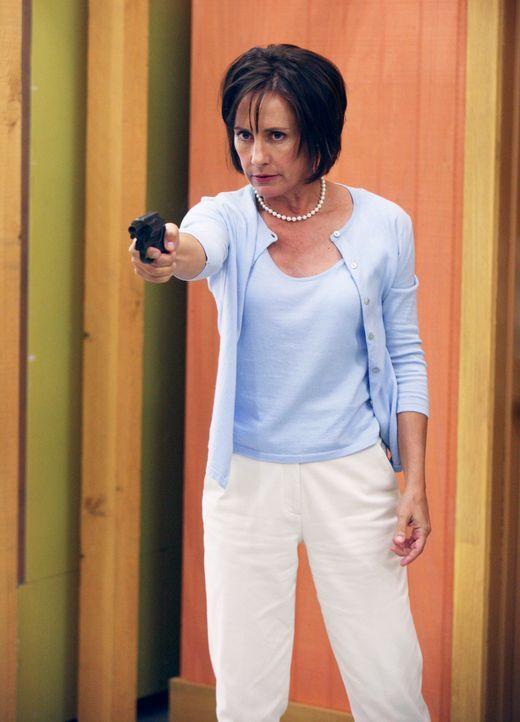 Carolyn Bigsby (Laurie Metcalf) erfährt von Bree, dass ihr Mann Harvey sie mit einer Stewardess namens Monique betrogen hat. Daraufhin fährt sie in... - Bildquelle: 2005 Touchstone Television  All Rights Reserved
