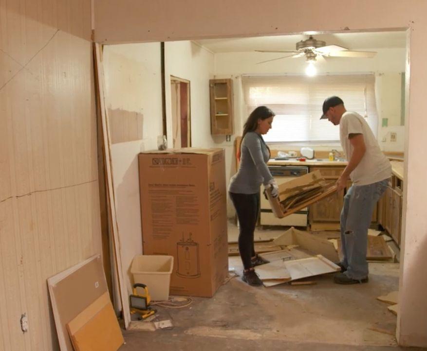 April (l.) und Chad (r.) haben endlich genug Geld zusammen, um sich ein renovierungsbedürftiges Haus zu kaufen und es zu renovieren, um es dann gewi... - Bildquelle: 2016, DIY Network/Scripps Networks, LLC. All Rights Reserved.