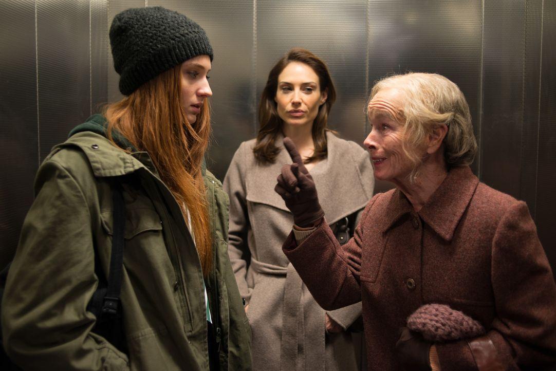 Als Mrs. Brennan (Geraldine Chaplin, r.) und andere berichten, Fay (Sophie Turner, l.) irgendwo angetroffen zu haben, wo sie gar nicht gewesen ist,... - Bildquelle: 2014 Twentieth Century Fox Film Corporation.  All rights reserved.