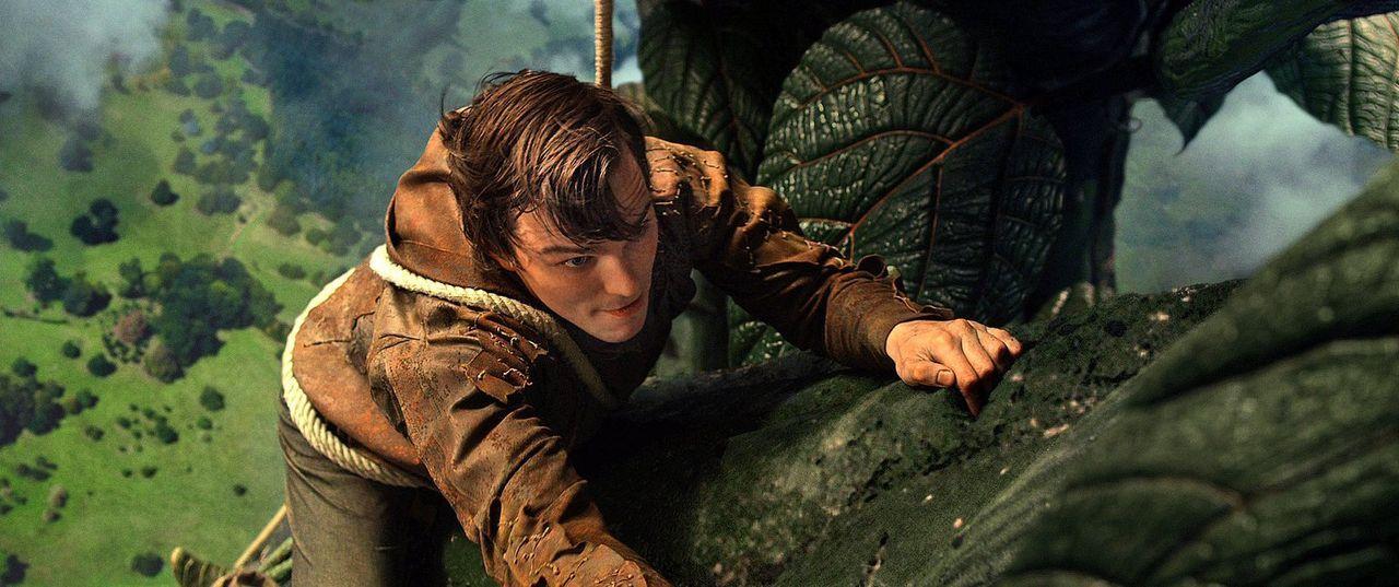 Gefährliche Mission: Jack (Nicholas Hoult) klettert die Monsterranke hinauf, um ins Reich der Riesen zu kommen und dort die entführte Prinzessin zu... - Bildquelle: Warner Brothers
