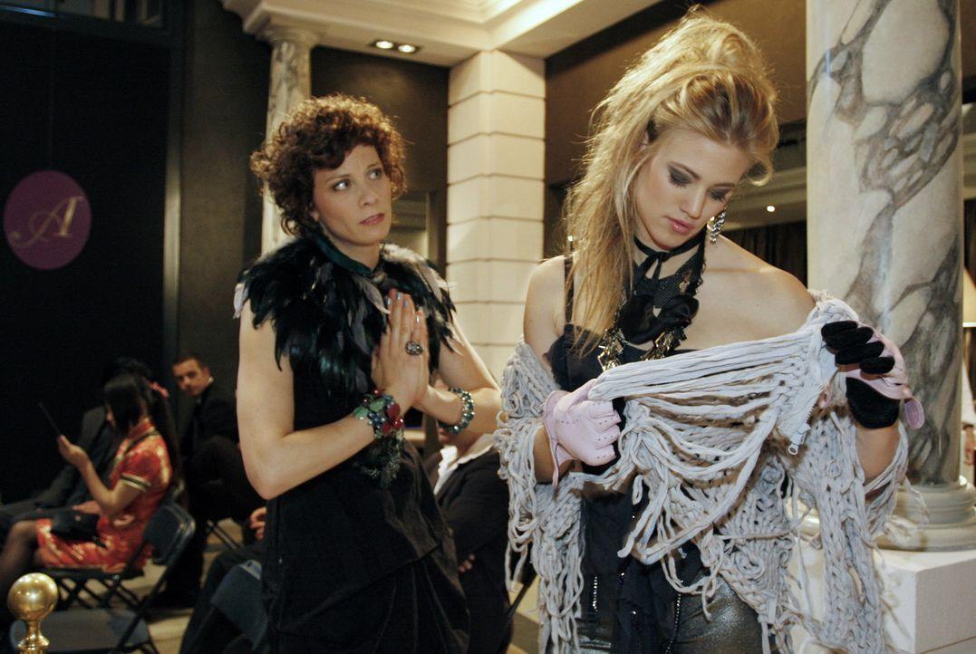 Stress bei der Modenschau: Emily Körner (Anna Schäfer, l.) und Model Larissa (Larissa Marolt, r.) ... - Bildquelle: SAT.1