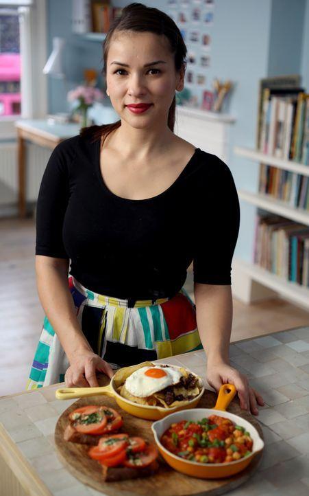 Tapas schnell gemacht: Rachel bereitet in ihrer kleinen Küche zu Hause in London drei verschiedene Arten von Tapas zu ... - Bildquelle: Richard Hall BBC 2014