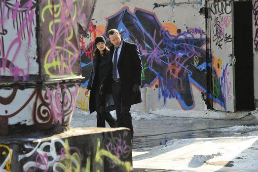Blue Bloods - Danny (Donnie Wahlberg, r.) und Baez (Marisa Ramirez, l.) suche...
