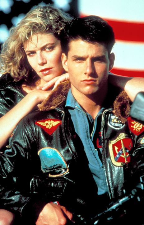 Während seines harten Trainingsprogramms lernt Maverick (Tom Cruise, r.) die ausgesprochen attraktive Ausbilderin Charlie (Kelly McGillis, l.) kenne... - Bildquelle: PARAMOUNT PICTURES CORPORATION