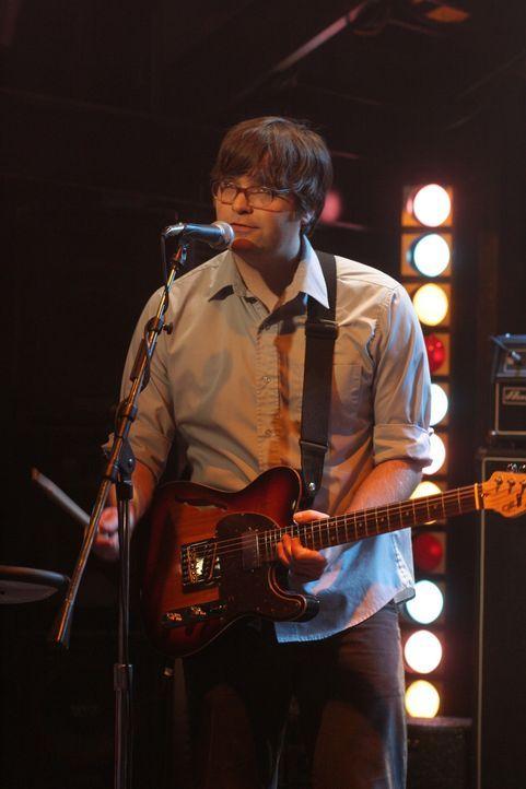 """Ben Gibbard, der Sänger der Band """"Death Cab For Cutie"""", zeigt im Bait Shop was er kann ... - Bildquelle: Warner Bros. Television"""