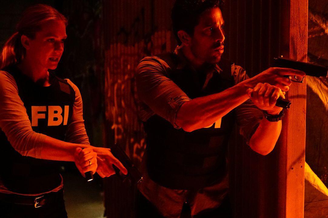 Das Team um JJ (A.J. Cook, l.) und Luke (Adam Rodriguez, r.) muss einen Feuerteufel stoppen, bevor es weitere Tote gibt ... - Bildquelle: Richard Cartwright ABC Studios