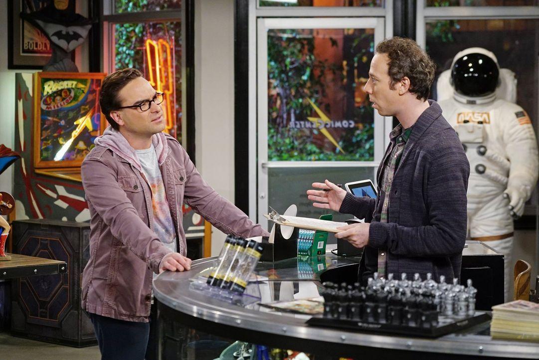 Leonard (Johnny Galecki, l.) will Sheldon zum Geburtstag dessen Wunsch erfüllen, einmal Batman zu begegnen und fragt Stuart (Kevin Sussman, r.) um R... - Bildquelle: 2016 Warner Brothers