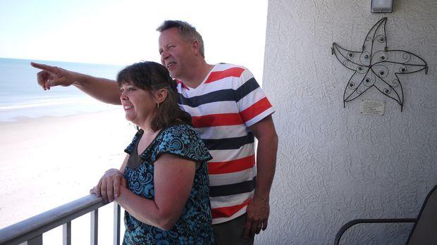 Finden Dana (l.) und John (r.) für sich und ihre drei Kinder eine passende Im...