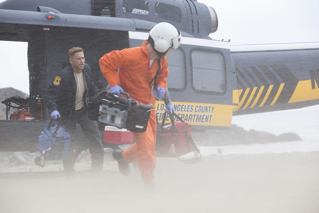 Kommt die Hilfe von Willis (Rob Lowe, l.) und dem Angels-Team für die Opfer der Haiangriffe noch rechtzeitig? - Bildquelle: Paul Sarkis 2015 ABC Studios