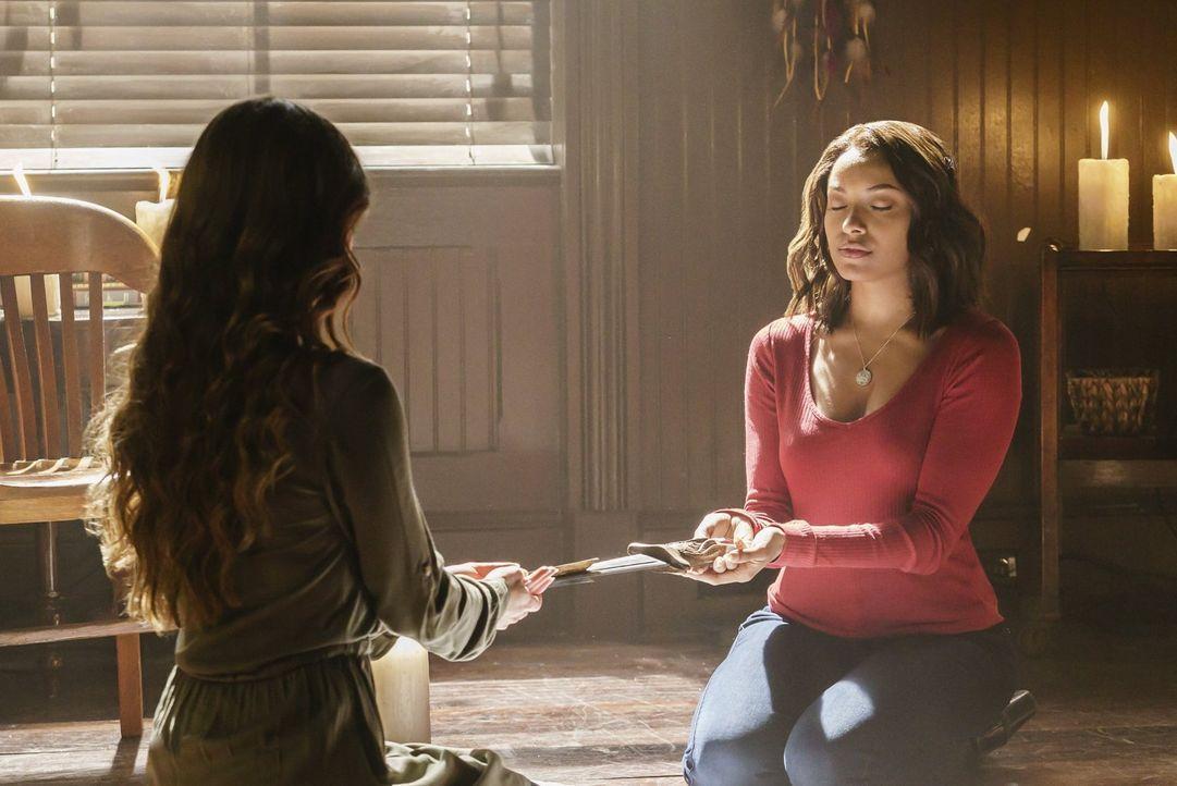 Nora (Scarlett Byrne, l.) und Bonnie (Kat Graham, r.) versuchen, eine gefährlich Vampirjägerin aufzuspüren, bevor diese sie findet ... - Bildquelle: Warner Bros. Entertainment, Inc.