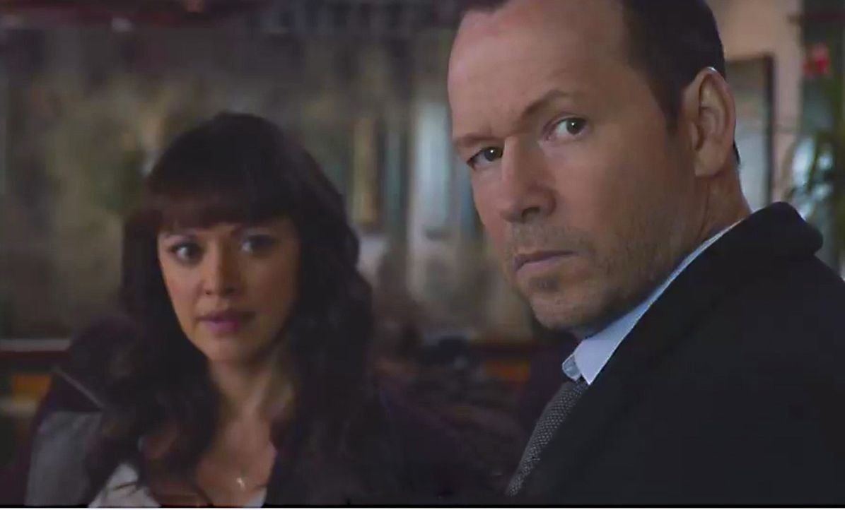 Danny (Donnie Wahlberg, r.) erkennt plötzlich einen der Bankräuber wieder, der daraufhin sofort die Flucht ergreift ... - Bildquelle: Jojo Whilden 2014 CBS Broadcasting Inc. All Rights Reserved.