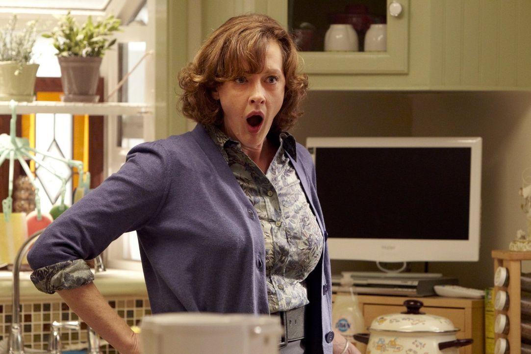 Kann nicht fassen, wer da auf einmal wieder Zuhause auftaucht: Sheila (Joan Cusack) ... - Bildquelle: 2010 Warner Brothers