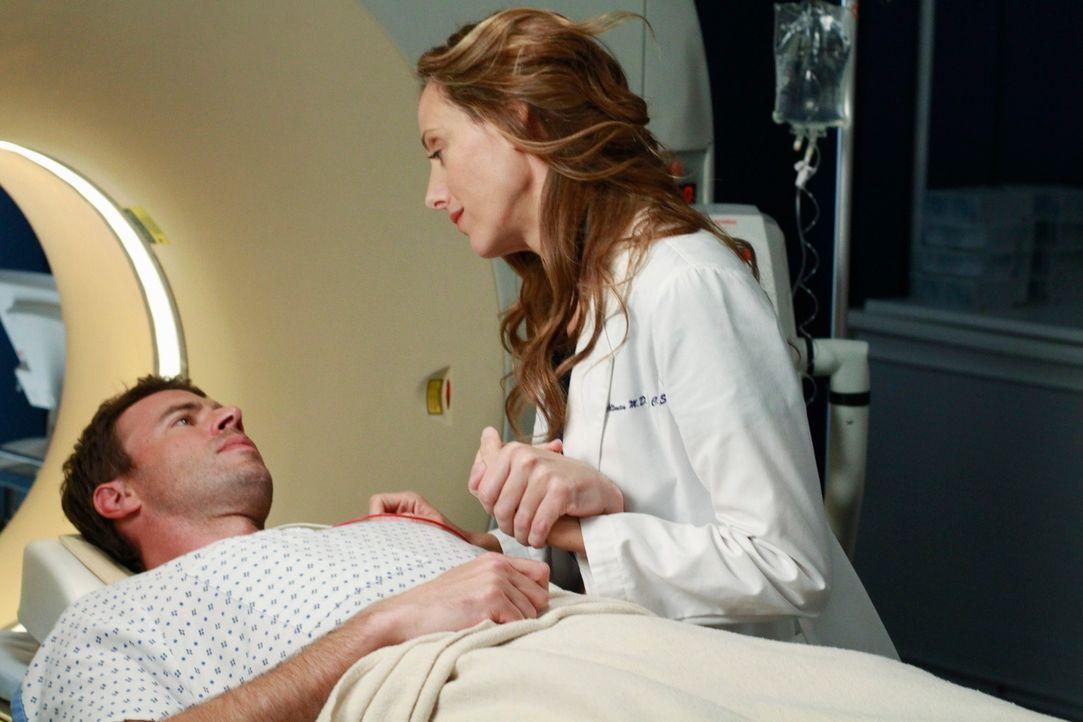 Als Teddy (Kim Raver, r.) den unter starken Schmerzmitteln stehenden Henry (Scott Foley, l.) für eine Untersuchung vorbereitet, gesteht er ihr, dass... - Bildquelle: ABC Studios
