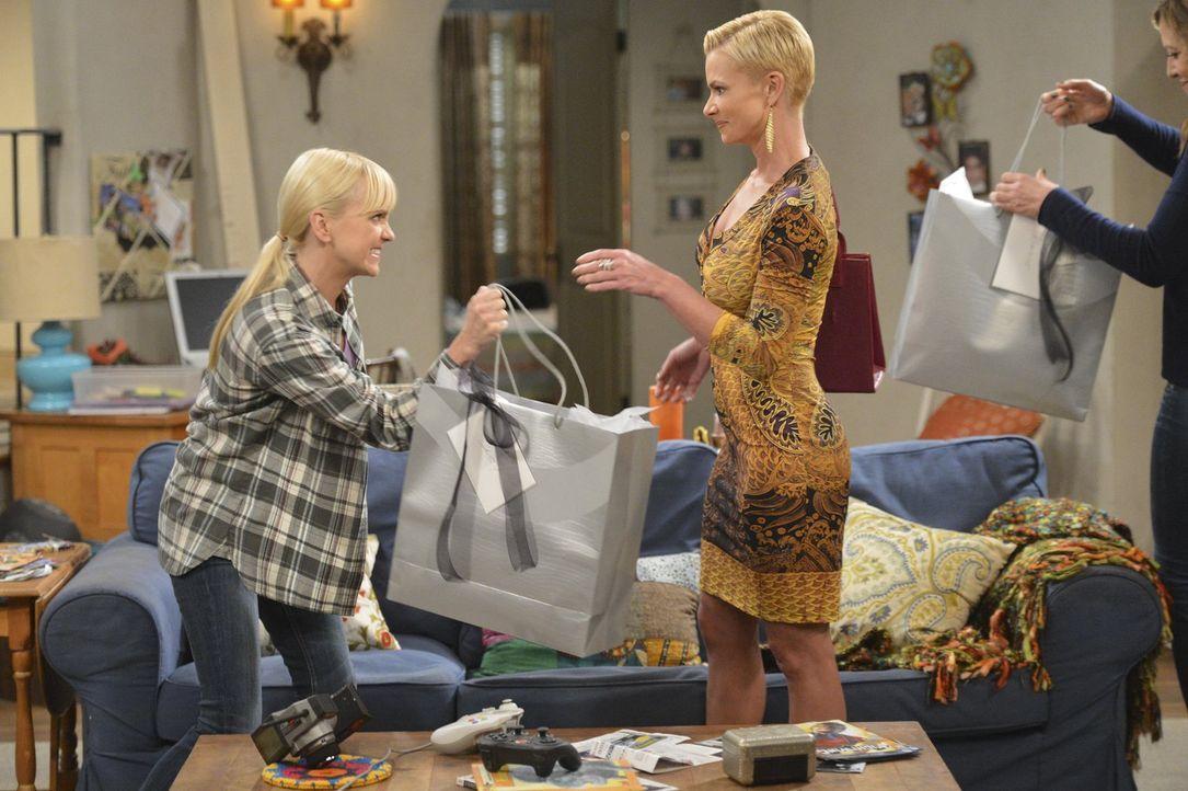 Nachdem sie Christy (Anna Faris, l.) und Bonnie (Allison Janney, r.) rausgeworfen hat, plagt Jill (Jaime Pressly, M.) das schlechte Gewissen. Um all... - Bildquelle: Warner Bros. Television