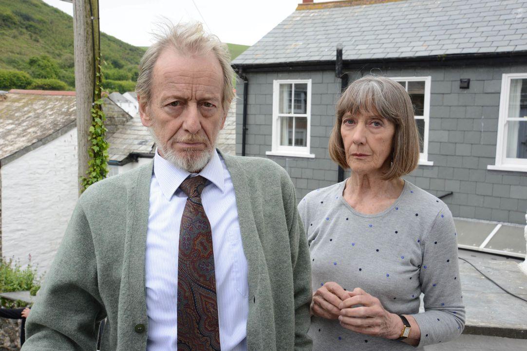 Als Ruth (Eileen Atkins, r.) beschließt, in ein Häuschen im Dorf zu ziehen, ahnt sie nicht, dass ihr neuer Nachbar (Ronald Pickup, l.) sehr unangene... - Bildquelle: BUFFALO PICTURES/ITV