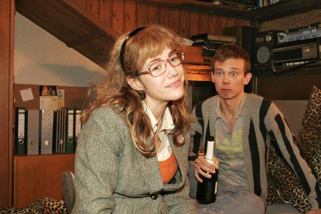 Im Gegensatz zu Jürgen (Oliver Bokern, r.) glaubt Lisa (Alexandra Neldel, l.), dass Mariella und David sich trennen - und dass David sie gleich auf... - Bildquelle: Noreen Flynn Sat.1