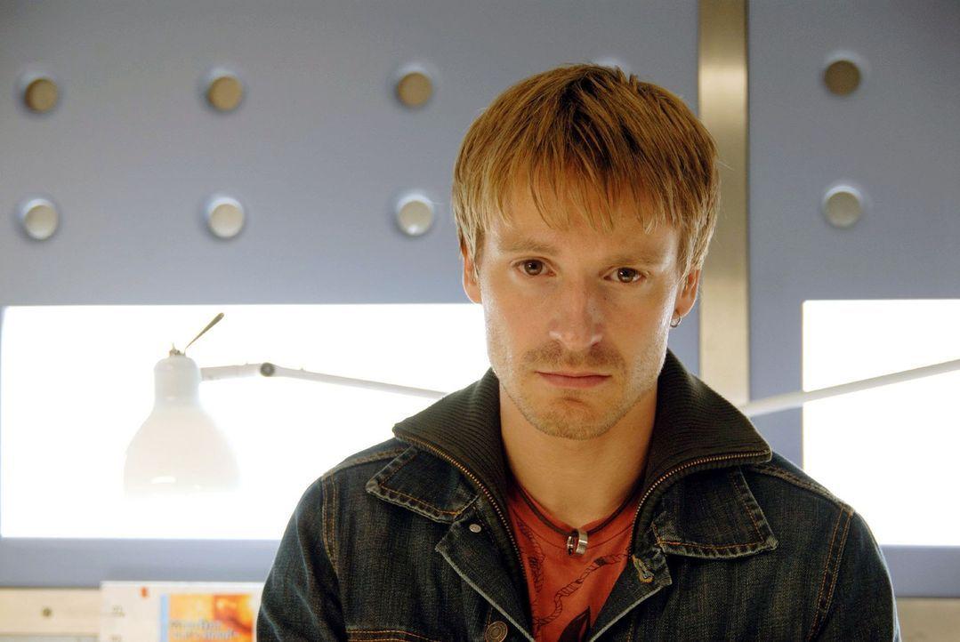 Als Andi Becker (Max von Pufendorf) im Krankenhaus erfährt, dass die Blutwäsche für seinen schwerkranken Vater nicht bewilligt wird, verliert er die Nerven ...