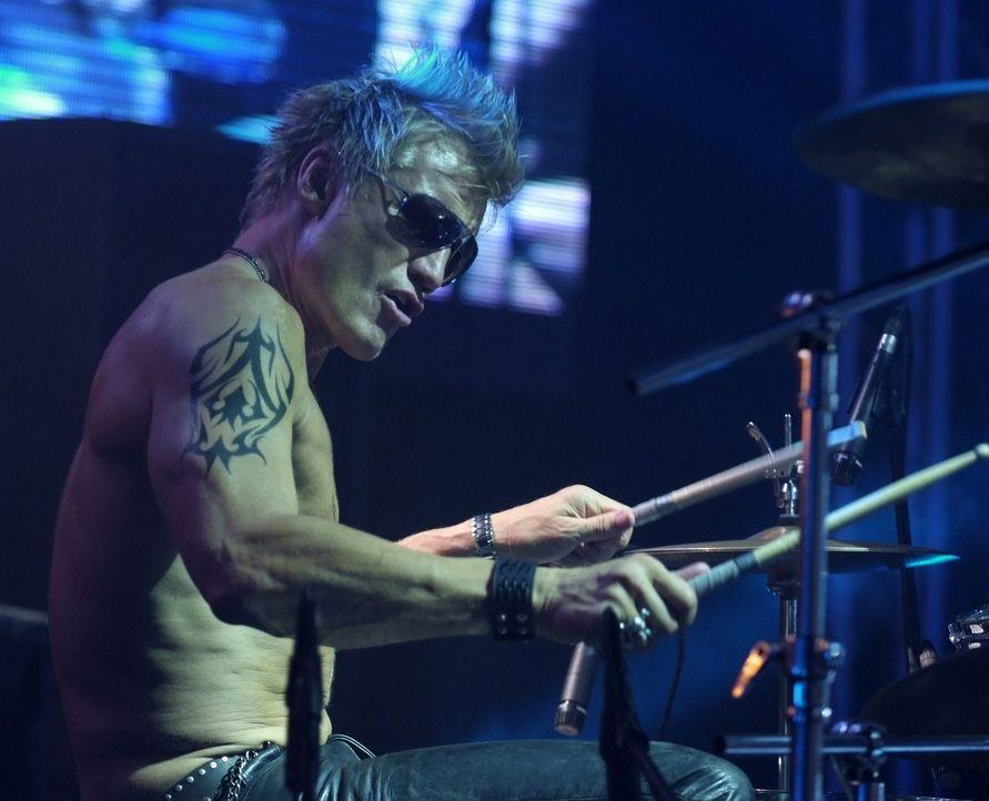 Drummer Joe (Dolph Lundgren) spielt mit seiner Rockband bei einem Benefizkonzert in Moskau im Vorprogramm der berühmten US-Sängerin Venus. Da passie... - Bildquelle: Nu Image