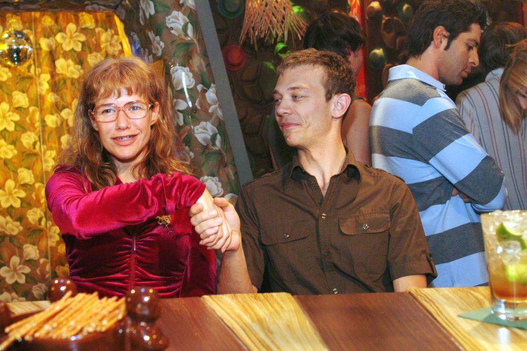 Wetten, dass... Lisa (Alexandra Neldel, l.) ist - im Gegensatz zu Jürgen (Oliver Bokern, r.) - davon überzeugt, dass sie ihr Figurproblem innerhal... - Bildquelle: Monika Schürle Sat.1