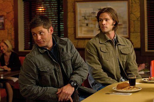 Supernatural - Da zwei Leviathane Sam (Jared Padalecki, r.) und Dean (Jensen...