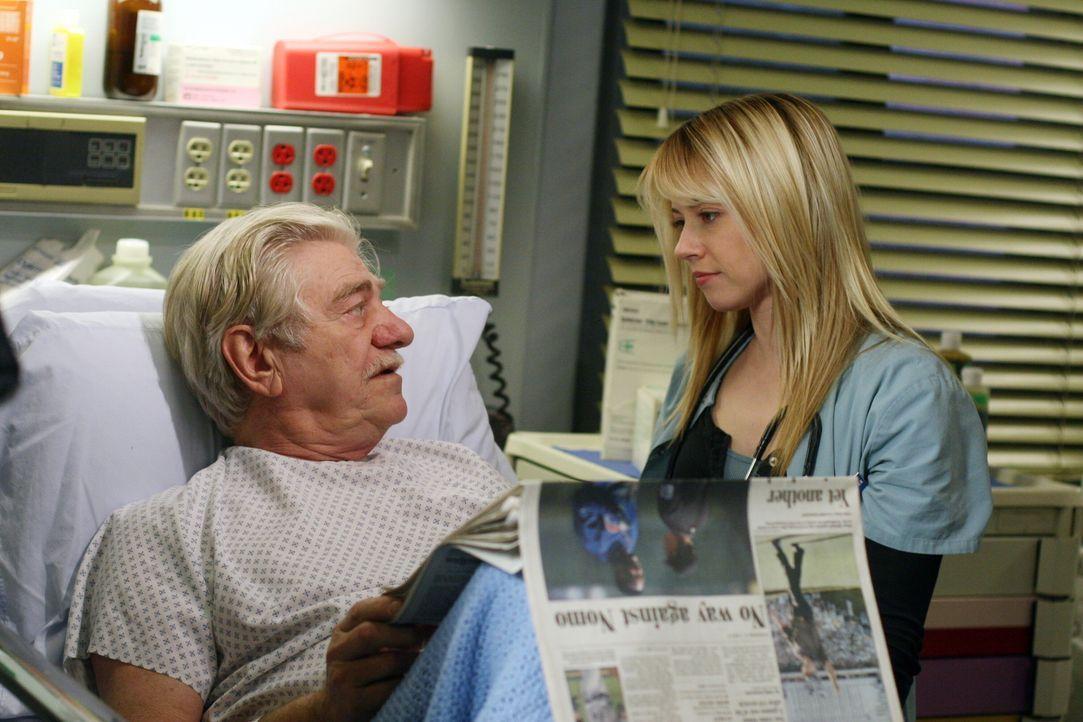 Mr. Gover (Seymour Cassel, l.) erklärt Sam (Linda Cardellini, r.), dass er die Arbeit von Diana sehr schatzt .... - Bildquelle: Warner Bros. Television