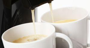 Zwei Tassen gleichzeitig füllen – können nicht alle Kaffeevollautomaten. Stif...