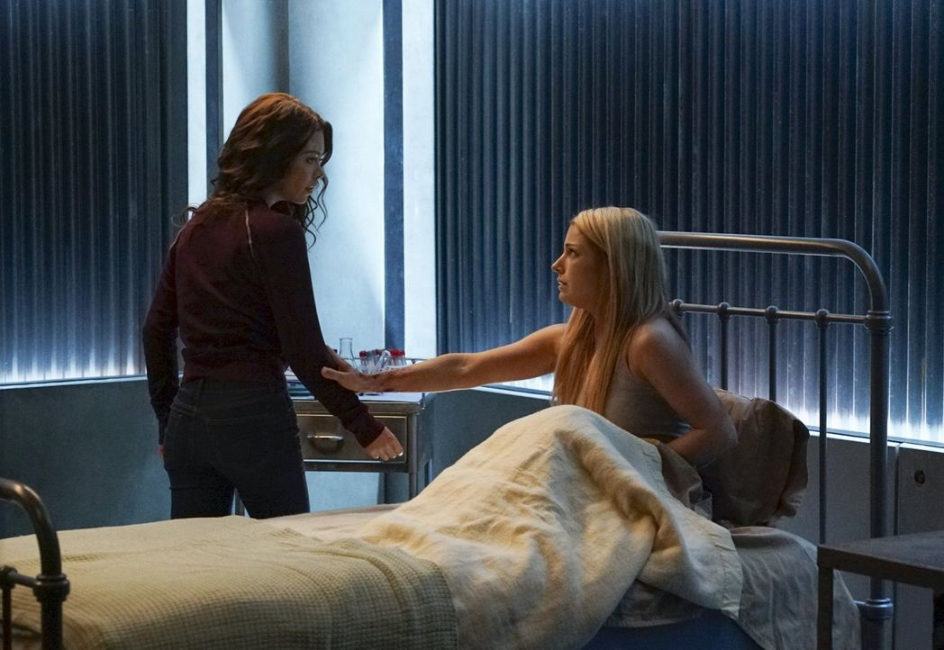 Alex St. John weiß ganz genau, wie sie Nora (Scarlett Byrne, l.) dazu bringt, ihr zu helfen. Doch reichen all die Bemühung von Nora aus, um Mary Lou... - Bildquelle: Warner Bros. Entertainment, Inc.