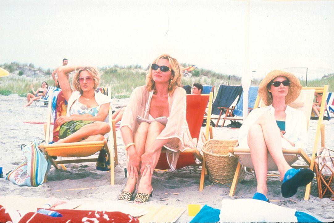 Carrie (Sarah Jessica Parker, l.), Sam (Kim Cattrall, M.), Miranda (Cynthia Nixon, r.) und Charlotte nutzen die Gelegenheit, den August in einem Fer... - Bildquelle: 2001 Paramount Pictures