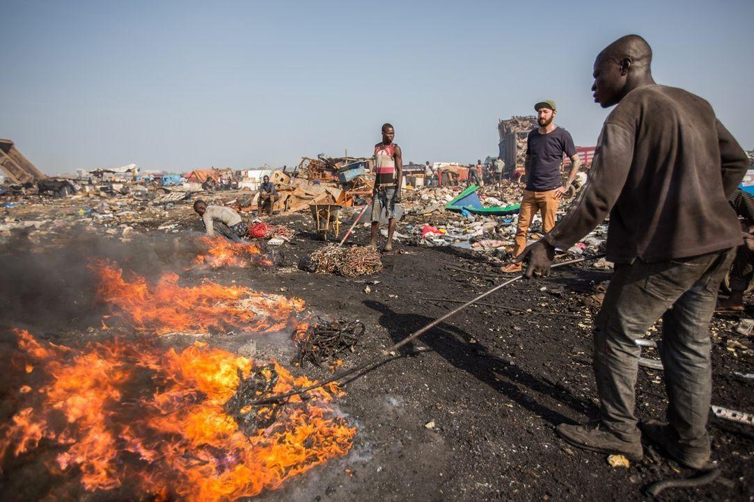 Reporter Oliver Plöger (2.v.r) blickt hinter die Kulissen der Elektroschrottdeponie von Agbogbloshie in Ghana, auf und vor der knapp 50.000 Menschen... - Bildquelle: ProSieben MAXX