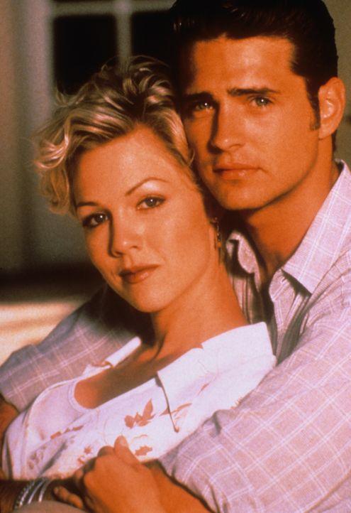 (6. Staffel) - Finden Kelly (Jennie Garth, l.) und Brandon (Jason Priestley, r.) endlich zueinander? - Bildquelle: Paramount Pictures