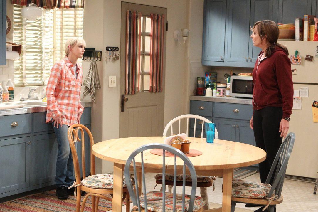 Christy (Anna Faris, l.) und Bonnie (Allison Janney, r.) haben unterschiedliche Vorstellungen von Vergebung, als Bonnies Mutter plötzlich wieder Tei... - Bildquelle: 2015 Warner Bros. Entertainment, Inc.
