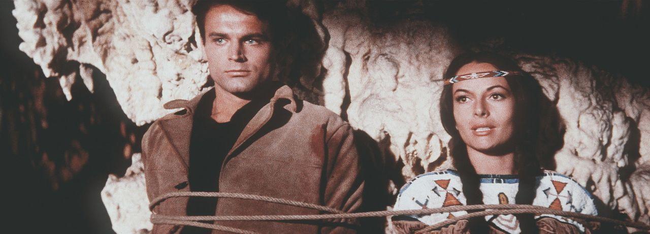Zwischen allen Fronten: Ribanna (Karin Dor, r.), und der attraktive Kavallerie-Leutnant Merril (Terence Hill, l.) ... - Bildquelle: Columbia Pictures