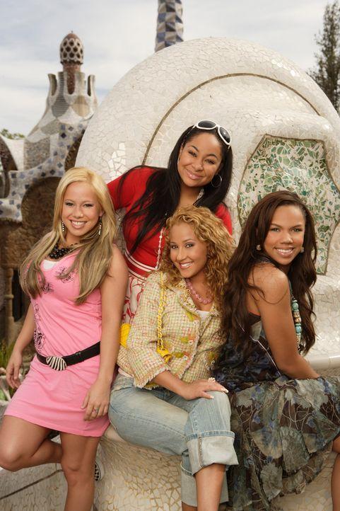 """Nach einigen Aufregungen landen die """"Cheetah Girls"""" (v.l.n.r.) Dorinda (Sabrina Bryan), Chanel (Adrienne Bailon), Galleria (Raven) und Aqua (Kiely W... - Bildquelle: Buena Vista International Television"""