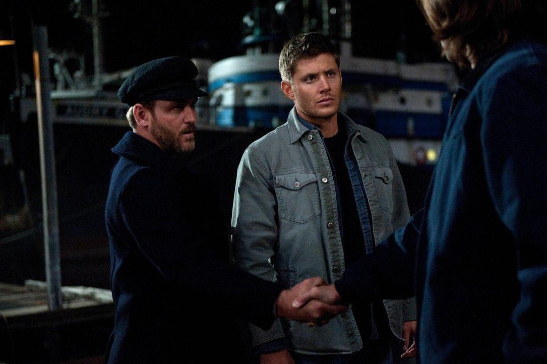 Schnell wird Benny (Ty Olsson, l.) bewusst, dass Dean (Jensen Ackles, M.) und Sam (Jared Padalecki, r.) einiges zu besprechen haben ... - Bildquelle: Warner Bros. Television