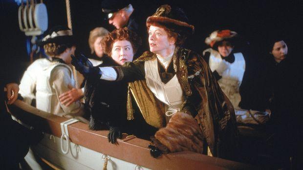 Während des Sinkens der Titanic versucht Ruth DeWitt Bukater (Frances Fisher,...